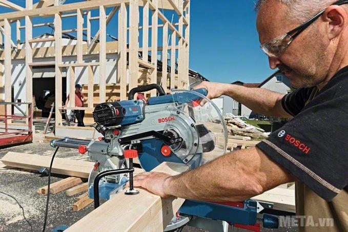 Máy cắt góc Bosch GCM 12 SDE cắt gỗ cực nhanh.
