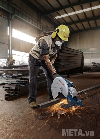 Máy cắt sắt Bosch GCO 14-24 dễ sử dụng.
